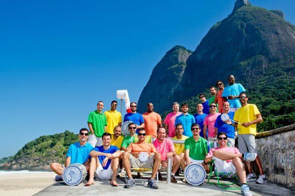 O Monobloco tocará desde sambas e marchinhas até o funk carioca na AABB (Mariana Vianna/Divulgação)