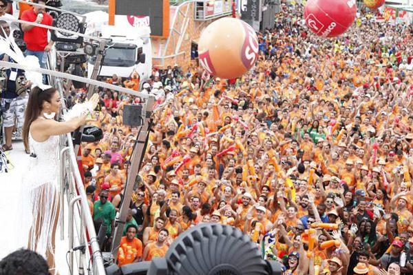 Ivete e Cláudia arrastaram milhares de foliões em tarde chuvosa em Salvador (Facebook/Divulgação)