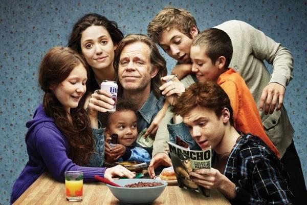 Em Shameless, a história procura mostrar como o alcoolismo do pai, Frank Gallagher, afeta toda a estrutura familiar (I.Sat/Divulgação)