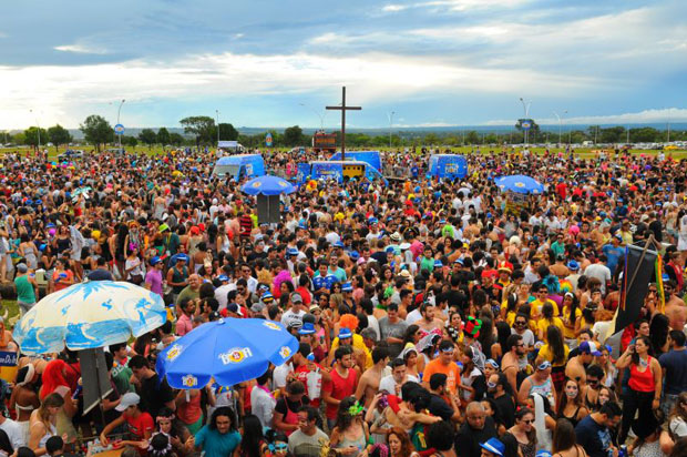 Quase dez mil pessoas circularam pelo Cruzeiro: blocos contagiaram (Janine Moraes/CB/D.A Press)