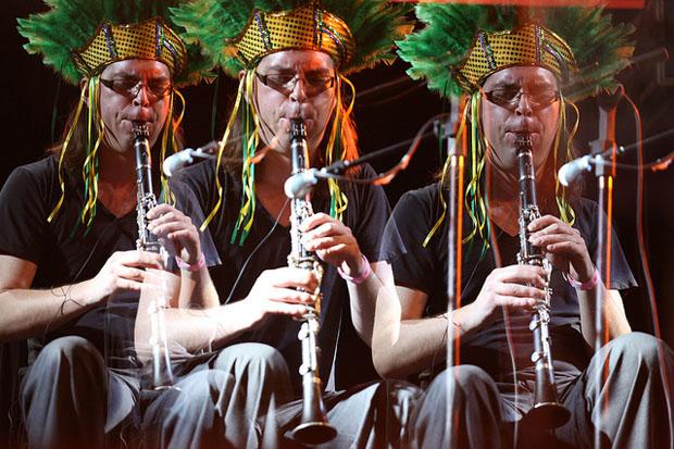 Banda belga Die Anarchistische Abendunterhaltung mostrar aos pernambucanos o som dos seus instrumentos no Rec-Beat (Flora Pimentel/Divulgação)
