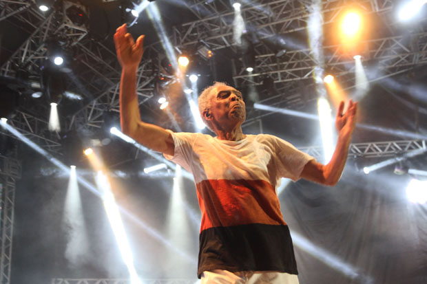 Bastante comunicativo, porém sem dar pausas longas entre as músicas, Gilberto Gil emendou um hit atrás do outro (Júlio Jacobina/DP/D.A Press)