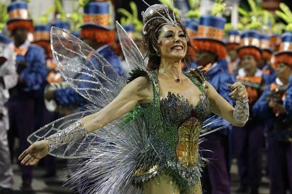 Rainha da bateria da Grande Rio, a atriz Christiane Torloni desfila na avenida  (Sergio Moraes/ Reuters )
