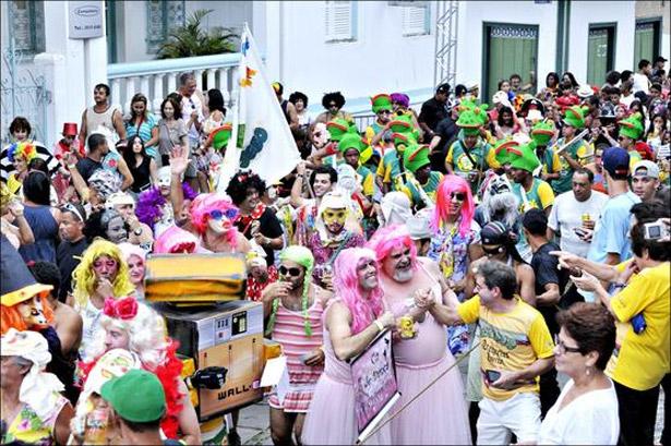 No Sapo Seco, bloco que desfilou pelas ruas de Diamantina ontem, a maioria dos foliões estava fantasiada. (Ramon Lisboa/EM/D.A Press)
