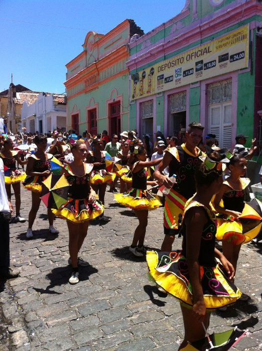 A troça Pitombeira dos Quatro Cantos desfila pelas ruas de Olinda (Blenda Souto Maior/DP/DAPress)