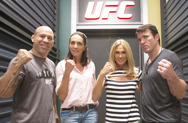 Os treinadores do TUF posam com as convidadas, Isabel e Hortência (Luiz Pires/UFC/Divulgação)