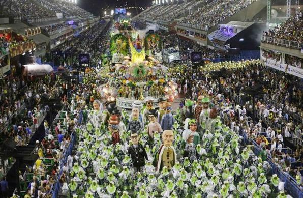 A Mocidade homenageou o carnavalesco pernambucano Fernando Pinto (Yasuyoshi Chiba/AFP)