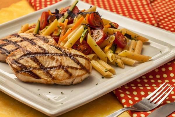 Peito de frango preparado no char broiler, servido com penne ao molho mediterrâneo no restaurante Vivá Sabor&Saúde (Gui Teixeira/Divulgação)