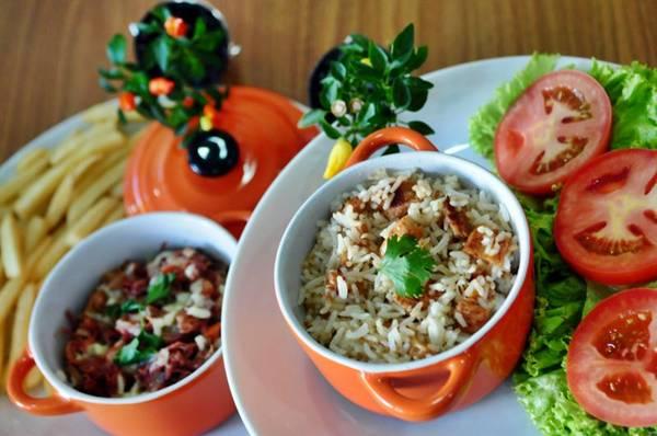 Carne seca desfiada e arroz de frango servidos em panelinhas, no Cozinha 365 (Bruno Peres/CB/D.A Press)