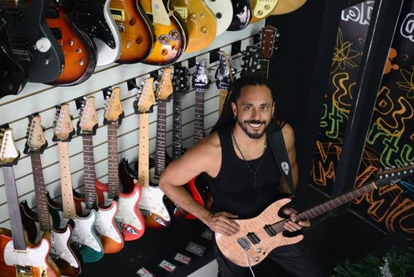 Marcelo Barbosa, considerado o 2º Guitarrista mais Bonito do Mundo (Ed Alves/CB/D.A Press)
