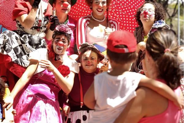 Na pele da palhaça Matusquela, a atriz Manuela Castelo Branco (E) se encanta com a reação do público infantil (Randal Andrade/Divulgação)