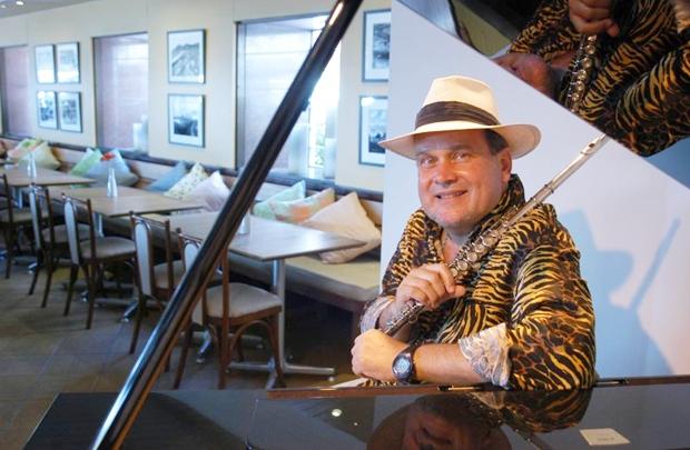 O músico é conhecido por mesclar elementos das músicas brasileira e norte-americana (Dani Dacorso/Divulgação)