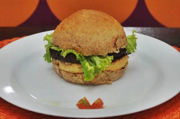 Hambúrguer de feijão do Café Corbucci: a leguminosa indicada para substituir a carne vermelha não precisa acompanhar apenas o arroz ( Carlos Moura/CB/D.A Press)