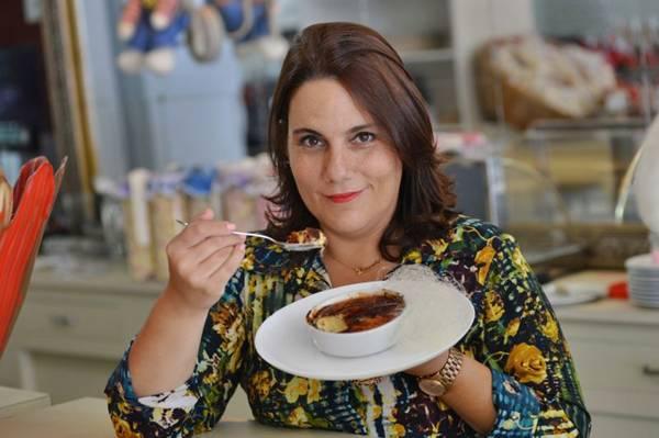 Daniela Loyola exibe o crème brûlée, um dos campeões da Confeitaria Francesa ( Gustavo Moreno/CB/D.A Press)