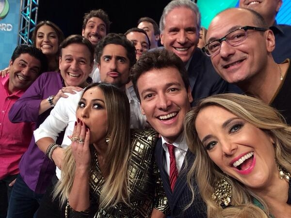 Apresentadores se unem durante a selfie da Record (Reprodução/Twitter/TV Record)