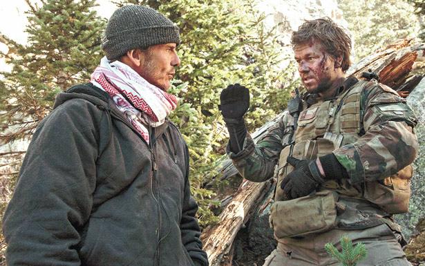 Em 'O grande herói', personagem de Mark Wahlberg (dir.) recebe a missão de matar líder talibã (Paris Filmes/Divulgação)