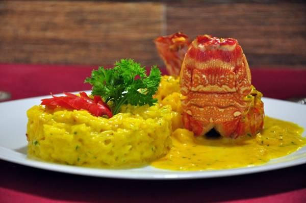 Açafrão não apaga o sabor delicado da lagosta nem o cítrico do abacaxi  (Paula Rafiza/Esp. CB/D.A Press)