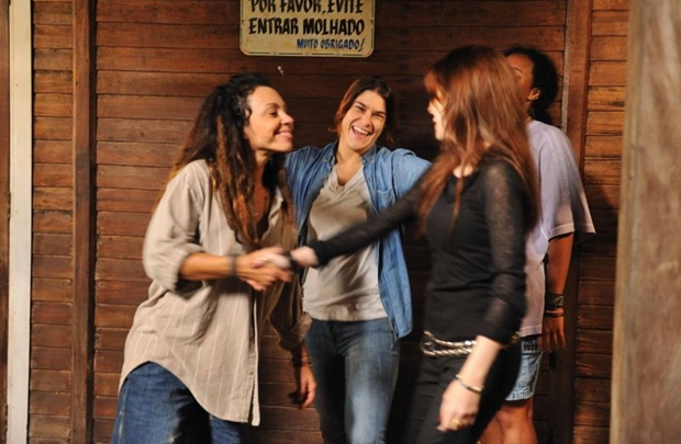 No papel de ladra, Carla Marins (à esquerda) é o destaque do elenco (Guanabara Filmes/Divulgação)