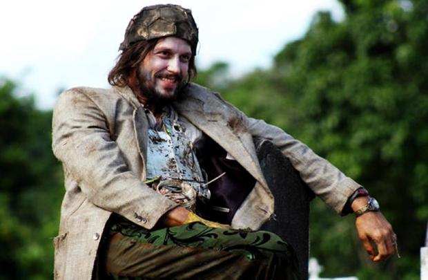 Vladimir Brichta vive um andarilho em  Minutos atrás (H2O Films/Divulgação)