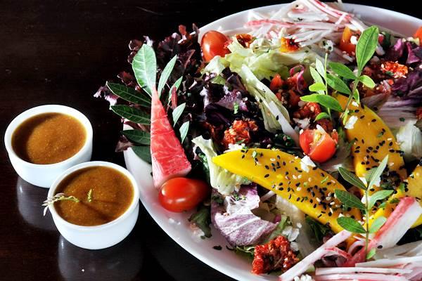 No Só Saúde, as saladas podem ser servidas com molho de mostarda e framboesa: mistura harmônica de sabores (Marcelo Ferreira/CB/D.A Press)