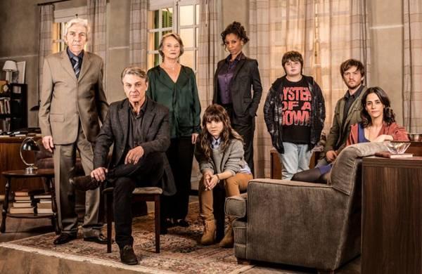 A terceira temporada da série traz novidades, como a supervisão de Theo por um grupo de psicólogos (Jorge Bispo/Divulgação)