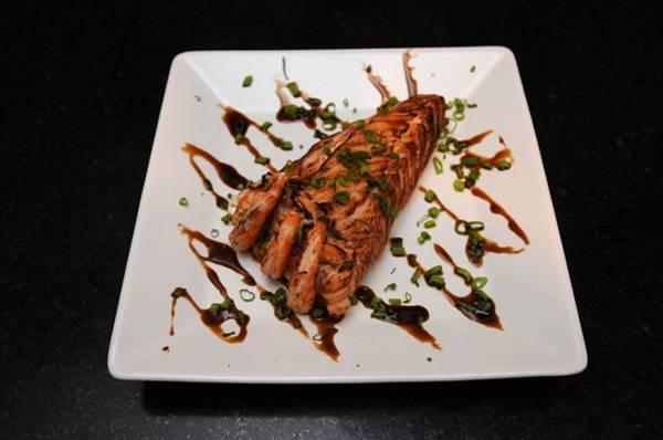 No temaki sensei, a alga dá lugar ao salmão maçaricado (Carlos Moura/CB/D.A Press)