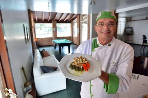 O chef Luiz Carraca prepara duas variedades de pesto para acompanhar massas (Gustavo Moreno/CB/D.A Press)
