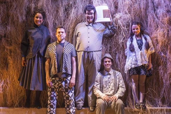 Elenco da peça veste roupas concebidas pelo estilista Ronaldo Fraga  (Paula Kossatz /Divulgação)