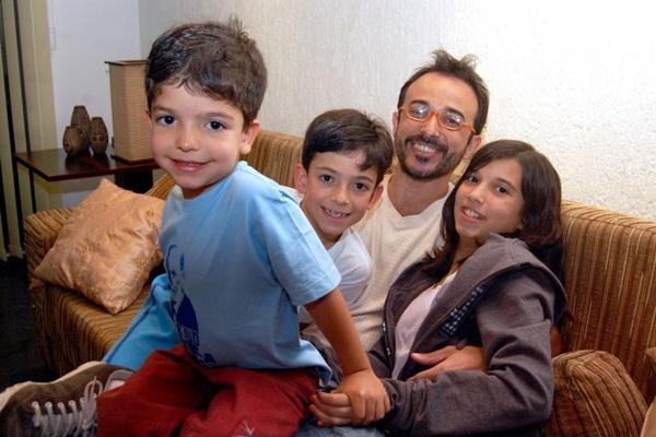 Ricardo Pipo com os filhos Gabriel, Gustavo e Clara ( Antônio Cunha/Esp. CB/D.A Press)