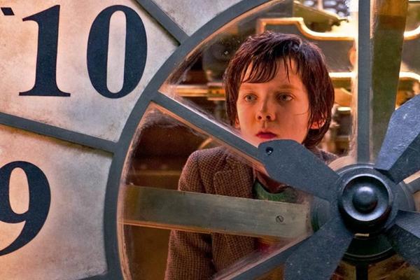 Hugo observa o movimento atrás do relógio da Gare du Nord (Paramount/Divulgação)