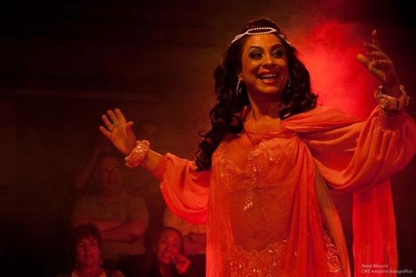 A atriz Raquel Barcha reproduz no palco lendas contadas pela avó árabe  (Arol Ribeiro/CB/D.A Press)