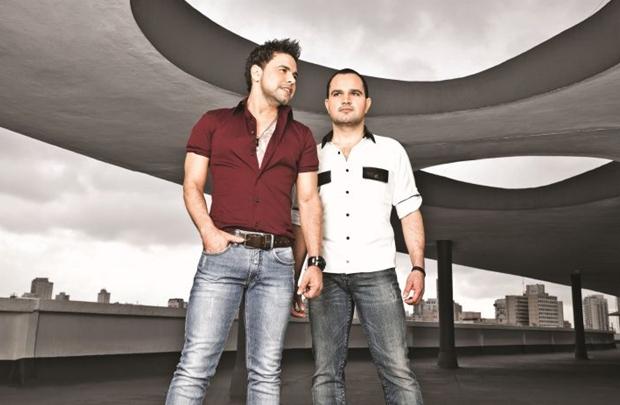 A dupla deve tocar músicas do EP Teorias (Marcelo Faustine/Divulgação)