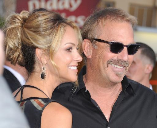 Costner e a mulher, Christine Baumgartner, na pré-estreia de 'Draft day', em Los Angeles (GETTY IMAGES/Angela Weiss/AFP )