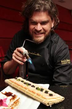 Alexandre Faeirstein e o salmão maçaricado com manteiga trufada do restaurante Kojima (Lula Lopes/Esp. CB/D.A Press)