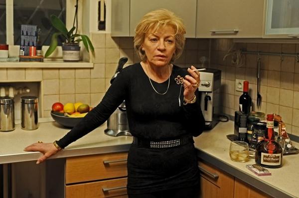 A superproteção de Cornelia é pano de fundo para discussão sobre a realidade romena (Imovision/Divulgação)