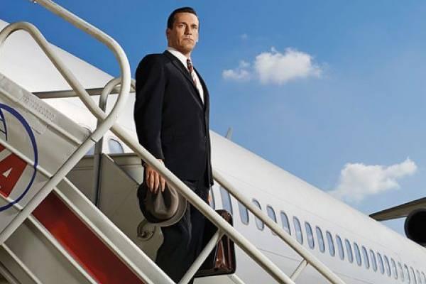 Em cena do teaser da série, Draper desembarca de um avião de olho no horizonte (AMC/Divulgação)