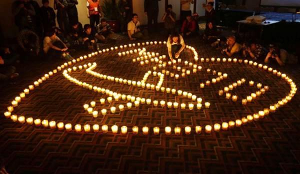 Familiares fazem vigília em homenagem às vítimas que estavam no avião (Jason Lee/Reuters)