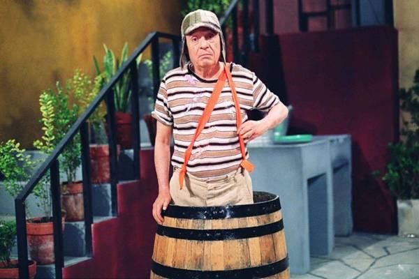 Na série, Roberto Bolaños viva Chaves, um órfão de 8 anos que vivia em um barril  (SBT/Divulgação)