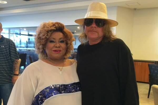 O vocalista da banda Guns N' Roses e a cantora Alcione postaram fotos juntos (Reprodução/Twitter)