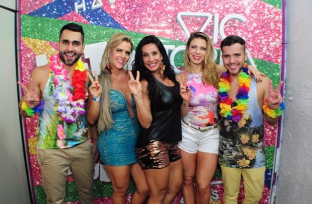 Denise Rocha, Scheila Carvalho e Sheila Mello com o proprietários da boate Thales Sabino e Ricardo Lucas ( Butu Lima/Divulgação )