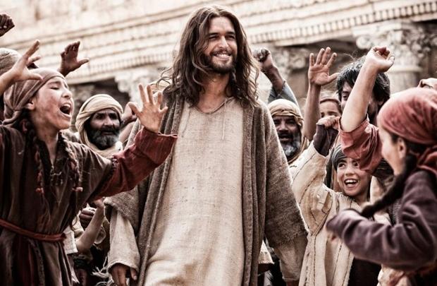 Diogo Morgado vive um Cristo caricato, sarado, de cabelos longos e traços perfeitos (Diamond Filmes/Divulgação)