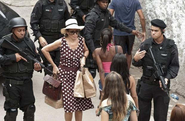 Personagem de Lília Cabral sobe o morro em busca de Julio (Imagem Filmes/Divulgação)