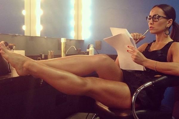 Sabrina estuda o roteiro do programa nos bastidores: entrevistas e competições fazem parte da atração (Reprodução/Instagram)