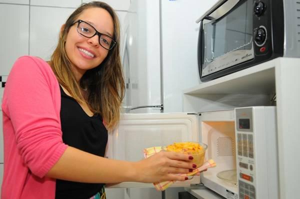 A estudante Bruna Oliveira já derreteu vasilhas no micro-ondas. Hoje, cria receitas usando o aparelho (Janine Moraes/CB/D.A Press)