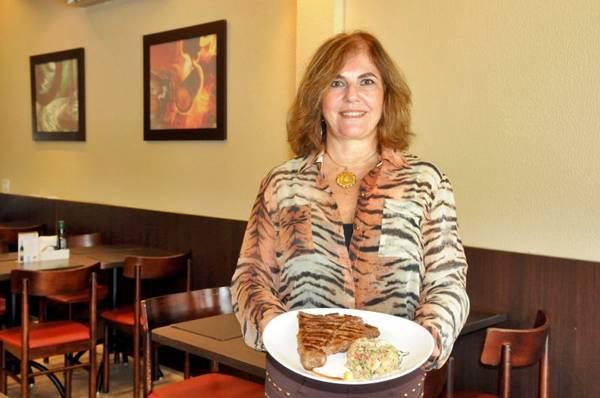 Rose Borela ensina que a carne deve ficar na refrigeração até a hora de ser grelhada (Zuleika de Souza/CB/D.A Press)