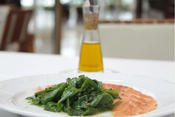 Salmão marinado com espinafre ao vapor, do La Tambouille: a folha tem a amargura amenizada pelo ar quente (Ana Rayssa/Esp. CB/D.A Press)