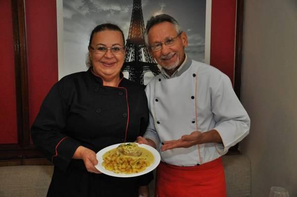 O casal Severino Alves e Maria das Graças Xavier utiliza batatas em preparos típicos da França (Paula Rafiza/Esp. CB/D.A Press)