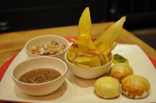 Entrada saudável: chips de batatas-doce e baroa e beterraba servidos com pão sem glúten no recém-inaugurado Duoo  (Iano Andrade/CB/D.A Press)