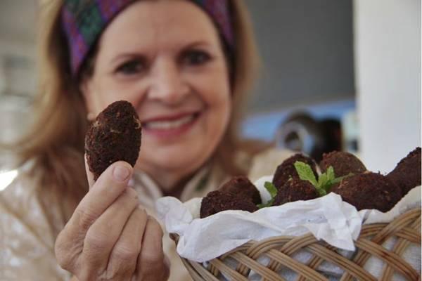 Dulcinéa Cassis, do restaurante árabe Zahia, segue a receita da avó para o quibe (Ana Rayssa/Esp. CB/D.A Press)