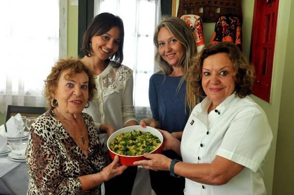 No restaurante Sagres, Olga Soares (D), respeita as receitas vindas da mãe e as repassa para as filhas  (Antonio Cunha/CB/D.A Press)